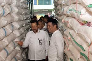 Sementara Dirut Perum Bulog Budi Waseso menjelaskan, stok beras di gudang Bulog sebanyak 2,7 juta ton.