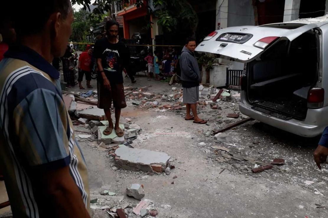 Warga berkumpul di tempat kejadian ledakan tabung gas 12 kilogram di sebuah rumah warga di Perumahan Harapan Baru 2, Jalan Gurame 2, Blok E2 nomor 14, RT 06/02, Medan Satria, Kota Bekasi, Kamis, 8 November 2018.