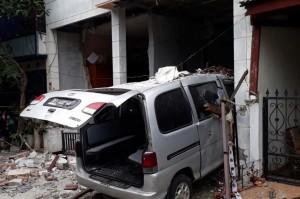 Ledakan tabung gas mengakibatkan empat orang penghuni rumah tersebut luka-luka dan langsung dilarikan ke rumah sakit.