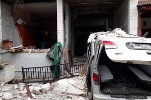 Sementara rumah dua lantai juga mengalami kerusakan yang cukup parah. Sebuah mobil minibus juga mengalami kerusakan.