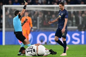 Pelanggaran keras Nemanja Matic terhadap Paulo Dybala berbuah kartu kuning.