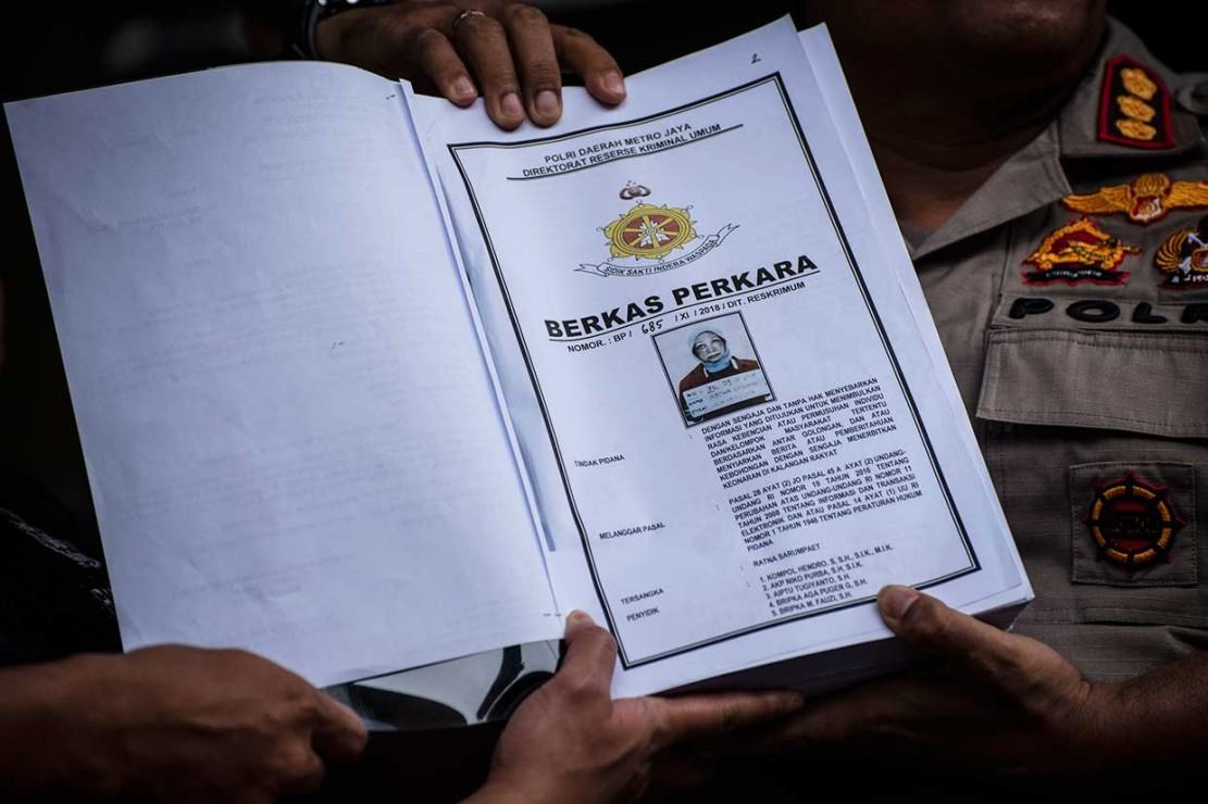 Polisi menunjukkan berkas perkara milik tersangka dugaan penyebar berita bohong Ratna Sarumpaet, di Polda Metro Jaya, Jakarta, Kamis, 8 November 2018.