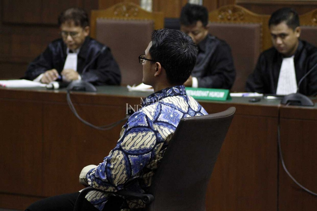 Terdakwa kasus dugaan suap dan gratifikasi terkait proyek-proyek di Dinas Pekerjaan Umum dan Perumahan Rakyat (PUPR) Provinsi Jambi, Zumi Zola (batik biru) menjalani sidang tuntutan di Pengadilan Tipikor, Jakarta, Kamis, 8 November 2018.