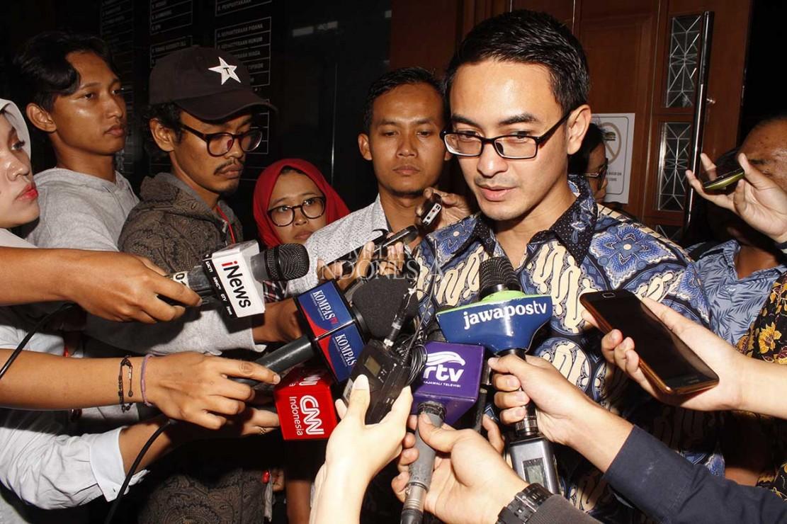 Zumi Zola menjawab pertanyaan wartawan usai menjalani sidang tuntutan di Pengadilan Tipikor, Jakarta.