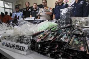 Selain menangkap 18 tersangka, polisi juga mengamankan sejumlah barang bukti yaitu tabung vape, peralatan laboratorium, dan bahan baku pembuatan yang mengandung narkotika.