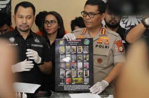 Sindikat tersebut ditangkap di sejumlah lokasi yang juga menjadi tempat produksi liquid vape ekstasi. Liquid narkoba diproduksi di Jl Janur, Kelapa Gading, kemudian liquid vape ekstasi dikemas di unit Apartemen Paladian Park.