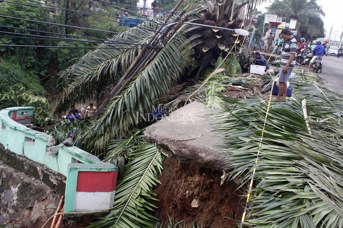 Menurut warga kejadian longsor terjadi pada Kamis, 8 November malam akibat hujan deras dan mengikis tanah di sisi Jalan Citayam.