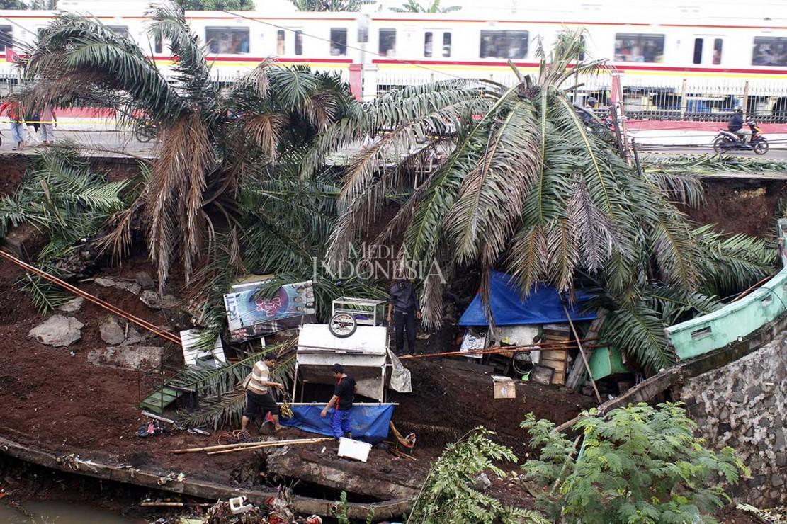 Tidak ada korban jiwa dalam peristiwa itu, namun sejumlah kios lapak pedagang rusak terkena tanah longsor.