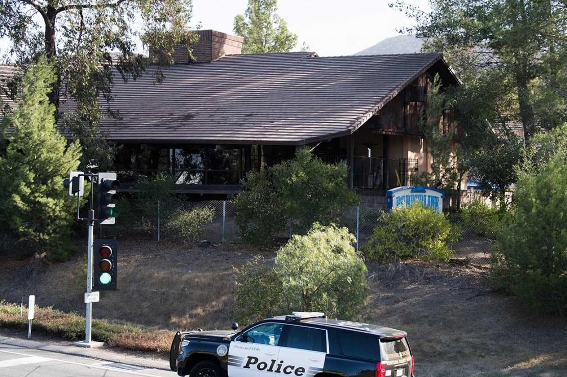 Menurut para saksi, pria bersenjata itu melemparkan beberapa granat asap ke dalam Borderline Bar and Grill sebelum mulai menembak sekitar pukul 23.20, Rabu.