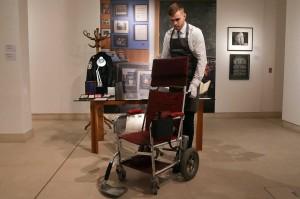 Petugas balai lelang memegang kursi roda bermotor, c.1988 milik ahli fisika teoritis Inggris, Stephen Hawking, di rumah lelang Christie di London.