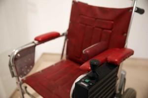 Kursi roda berwarna merah tersebut laku senilai hampir 300.000 pound (sekitar Rp 5,7 miliar).