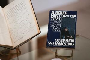 Sementara beberapa barang termasuk esai, medali, penghargaan dan salinan bukunya 'Brief History of Time' yang ditandatangani dengan cap jempol dijual online pada Kamis, bersama surat dan manuskrip milik Isaac Newton, Charles Darwin, dan Albert Einstein.