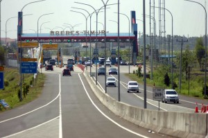 Pembangunan seksi 1 dan 2 jalan tol Pejagan-Pemalang yang menghubungkan Pejagan hingga Brebes Timur mulai dibangun pada November 2014 dan telah beroperasi pada Juni 2016.Untuk seksi 3 dan 4 yang diresmikan Presiden hari ini mulai dibangun pada Januari 2017. ANTARA FOTO/Oky Lukmansyah
