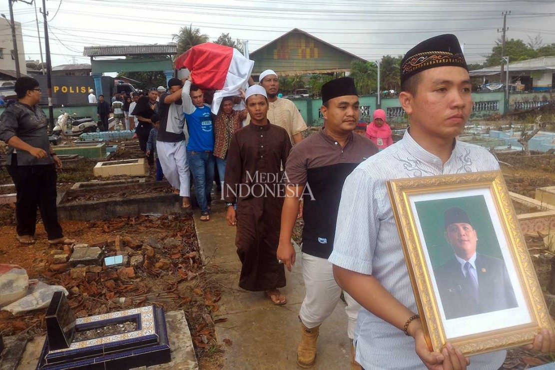 Jenazah anggota dewan dari Partai kebangkitan Bangsa (PKB) Dolar, dimakamkan di Pemakaman Umum Selindung Lama, Pangkalpinang, Bangka Belitung, Jumat, 9 November 2018. MI/Rendy Ferdiansyah