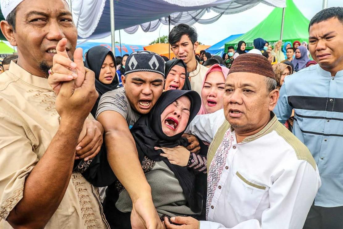 Sebelum pemakaman, dilaksanakan serah terima jenazah ke pihak keluarga di Bandara Depati Amir, Pangkalpinang, Kepulauan Bangka Belitung. Keluarga menangis histeris saat jenazah Dolar tiba di Posko Crisis Center, Bandara Depati Amir, Pangkalpinang.  ANTARA FOTO/Ananta Kala