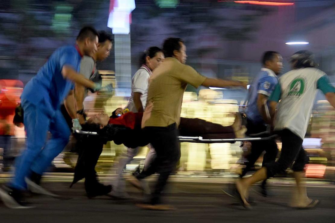 Belasan orang terjatuh dari viaduk jalan Pahlawan saat menonton drama memperingati Hari Pahlawan 10 November Surabaya.Diduga korban jatuh karena terserempet kereta api yang lewat. Saat kereta melintas, sejumlah penonton pun memilih melompat dari viaduk.