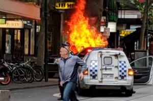 Seorang pria berlari menjauhi kendaraan yang terbakar di jalanan sibuk Bourke Street, Melbourne, setelah pengemudi menghentikan kendaraan dan kemudian menikam sejumlah orang. AFP Photo/Courtesy of Chris Newport