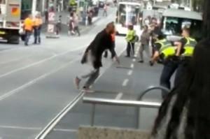 Polisi berusaha melumpuhkan tersangka penikaman di Melbourne. Polisi kemudian menembak tersangka yang memegang pisau di dekat kendaraan yang terbakar. Tersangka tewas di rumah sakit. AFP Photo/Courtesy of Chris Newport