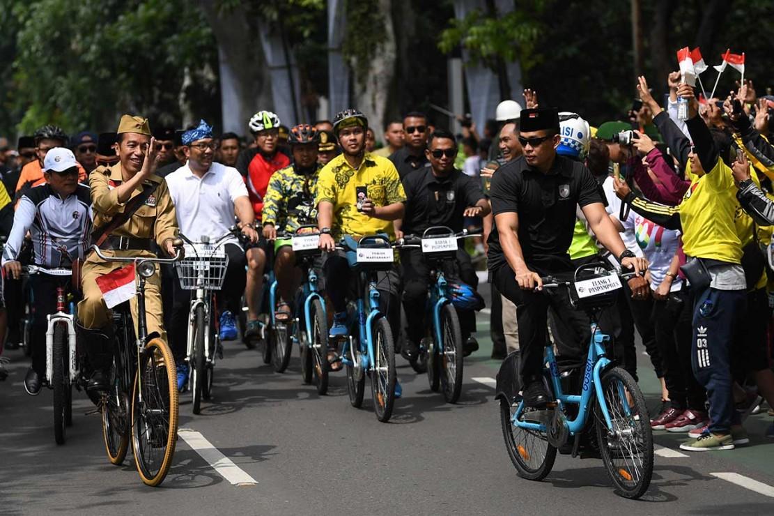 Suasana acara yang ramai semakin riuh ketika masyarakat melihat Kepala Negara yang membuka acara itu.
