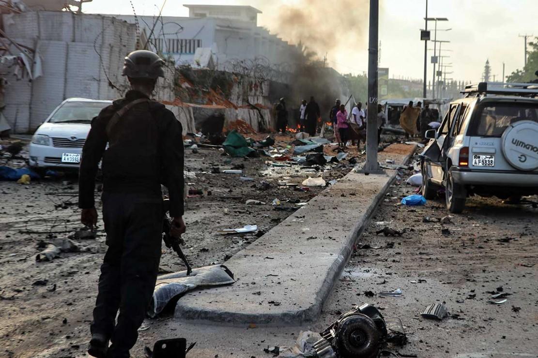 Aparat keamanan berjaga-jaga di sekitar lokasi ledakan bom mobil di dekat sebuah hotel di Mogadishu, Somalia, Jumat, 9 November 2018 waktu setempat.