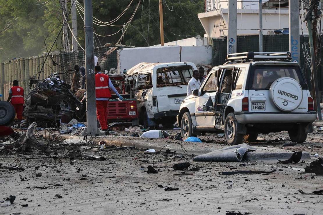 Ledakan bom mengakibatkan sedikitnya 23 orang tewas dan beberapa lainnya luka-luka. Korban jiwa meliputi tentara, warga sipil, dan pengusaha. Sementara korban cedera segera dibawa ke rumah sakit. Menurut kantor berita Somalia, enam penyerang tewas oleh pasukan keamanan, sementara tiga pembom bunuh diri meledakkan diri mereka.