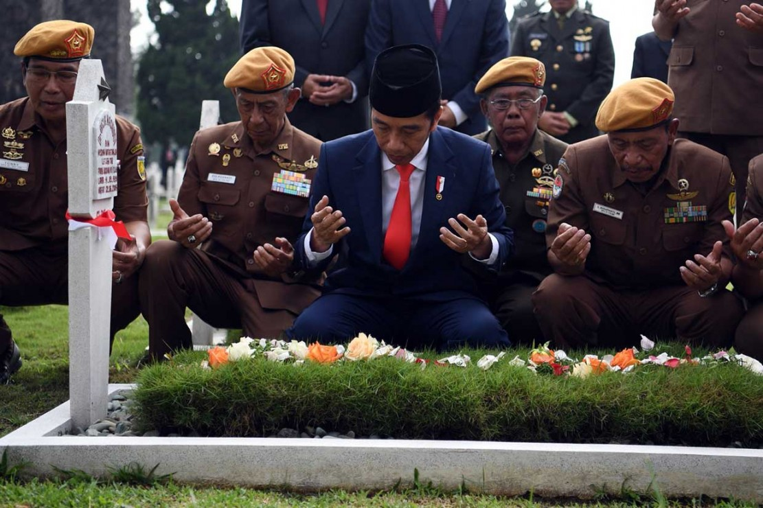 Jokowi Ziarah dan Tabur Bunga di TMPN Cikutra