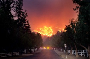 Api melahap hutan di daerah Paramount Ranch di Agoura Hills, California, Jumat, 9 November 2018 waktu setempat.