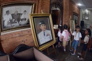 Sejumlah murid TK mengunjungi Perpustakaan dan Museum Agung Bung Karno di Denpasar, Bali, Sabtu. Kunjungan itu dilakukan untuk memberikan pengetahuan dan wawasan tentang sejarah perjuangan bangsa kepada anak saat peringatan Hari Pahlawan. Antara Foto/Fikri Yusuf