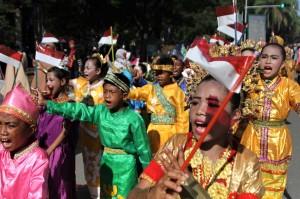 Sejumlah murid sekolah dasar mengenakan berbagai pakaian adat saat mengikuti pawai peringatan Hari Pahlawan di Kendari, Kendari, Sulawesi Tenggara. Antara Foto/Jojon