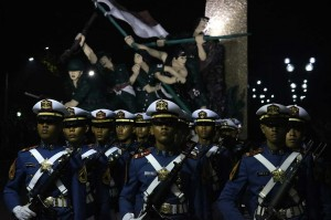 Sejumlah taruna TNI Angkatan Laut mengikuti Apel Kehormatan dan Renungan Suci di Taman Makam Pahlawan Kusuma Bangsa Surabaya, Jawa Timur. Antara Foto/Didik Suhartono