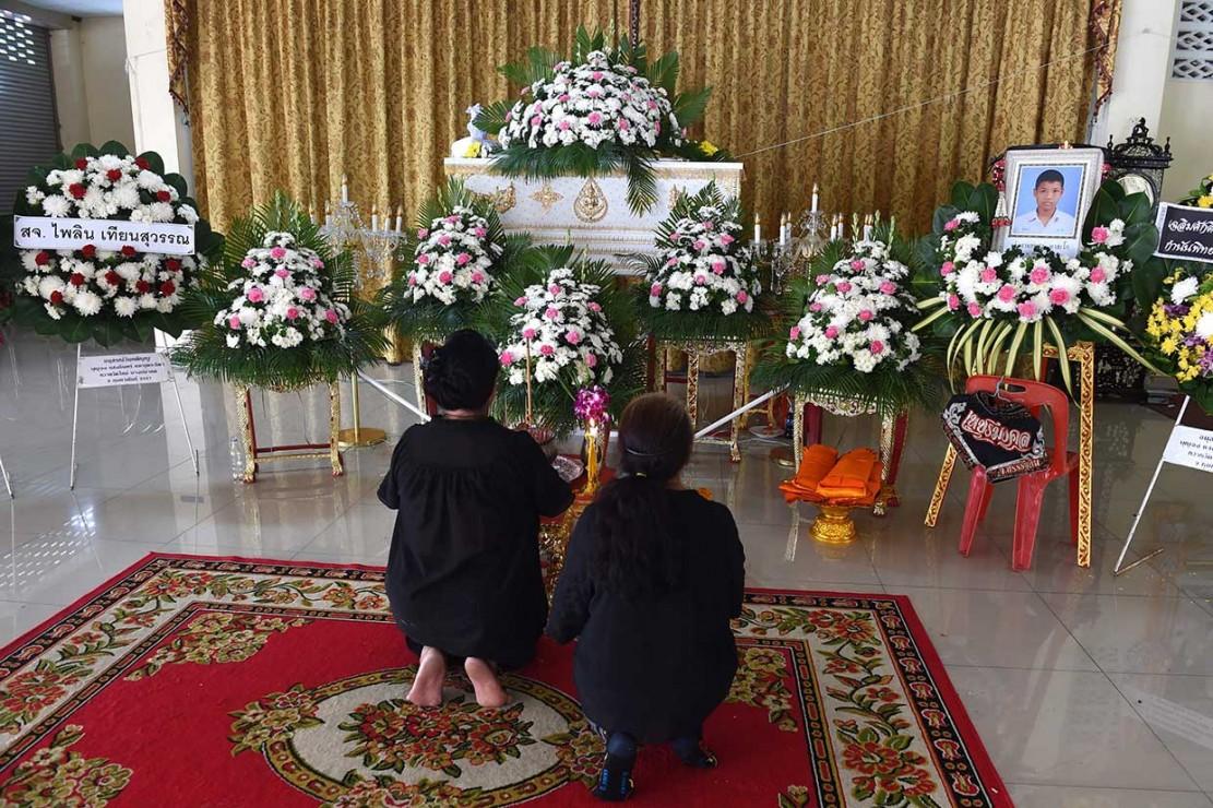Para pelayat memberi penghormatan terakhir di depan peti mati atlet Muay Thai Anucha Tasako yang berusia 13 tahun, saat pemakamannya di sebuah kuil Buddha di Provinsi Samut Prakan pada Rabu, 14 November 2018.