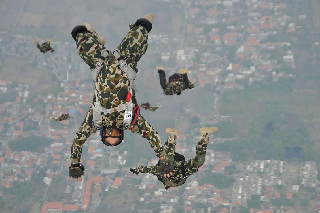 Atraksi Terjun Payung Meriahkan HUT ke-73 Korps Marinir