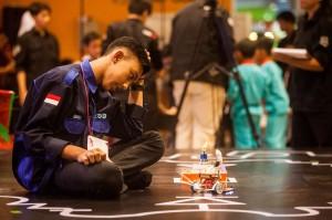 Pelajar tengah memperlihatkan kemampuan robotnya pada Kontes Robot Pintar Yogyakarta 2018 di Taman Pintar, Yogyakarta, Sabtu, 24 November 2018.