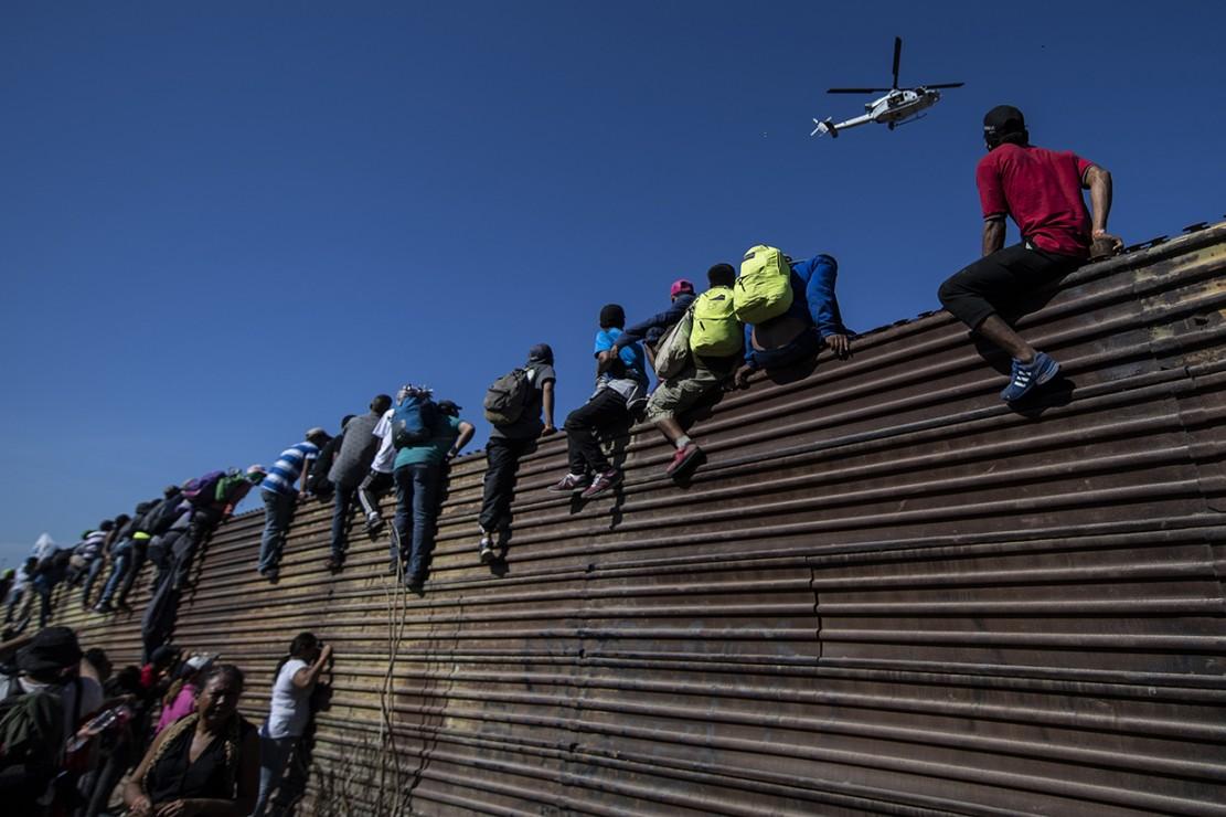 Imigran Terobos Perbatasan, AS Tembakkan Gas Air Mata