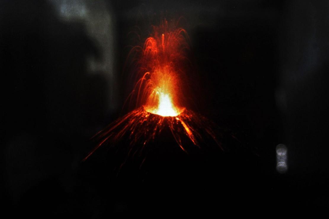 Gunung Anak Krakatau Keluarkan Ratusan Letusan Awan Hitam