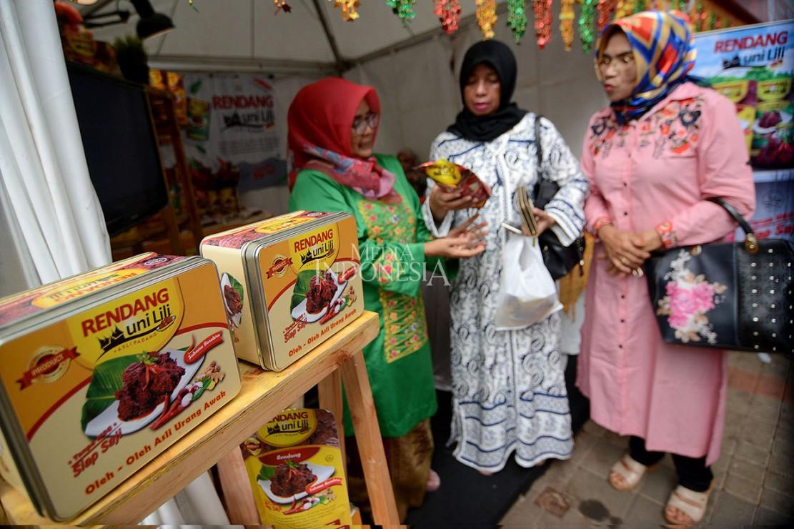 Olahan randang yang dikemas secara modern dijual dan dipamerkan dalam Festival Marandang Nusantara di Parkir Timur Senayan, Jakarta.