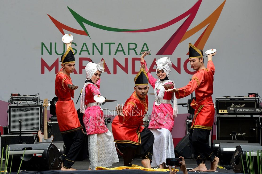 Tari Piring yang terkenal berasal dari Solok, Sumatera Barat dipertontonkan dalam Festival Marandang Nusantara di Parkir Timur Senayan, Jakarta