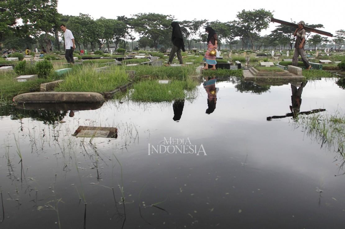 Ribuan Makam di TPU Semper Jakut Terendam Banjir