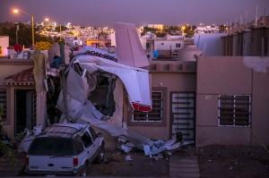Sebuah pesawat Cessna mengalami kerusakan cukup parah setelah menabrak sebuah rumah di Rincon Real, Kota Culiacan, negara bagian Sinaloa, Meksiko, Senin, 3 Desember waktu setempat.