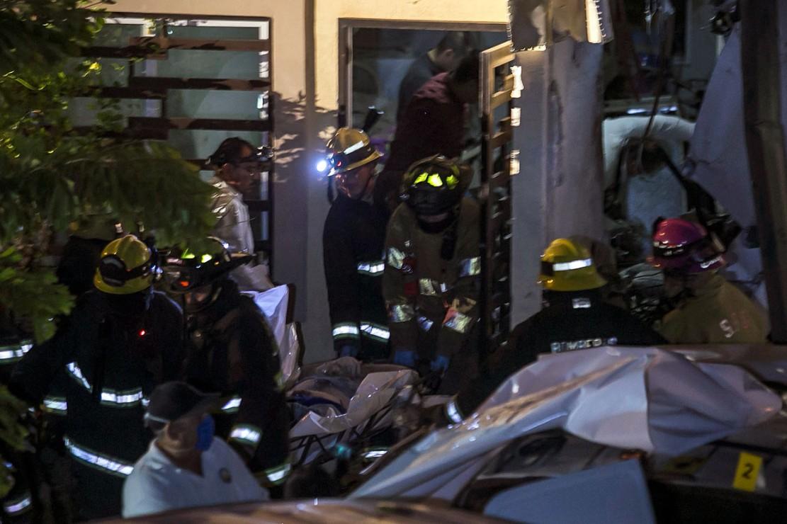 Empat penumpang dan kru pesawat tewas sementara dua wanita yang berada di dalam rumah mengalami luka-luka.