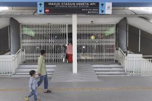 Dari rencana tiga halte yang akan dibangun, dua halte sudah terbangun. Diantaranya, halte di pintu stasiun tanah abang jalan Jatibaru dan halte di sisi selatan flyover jatibaru.