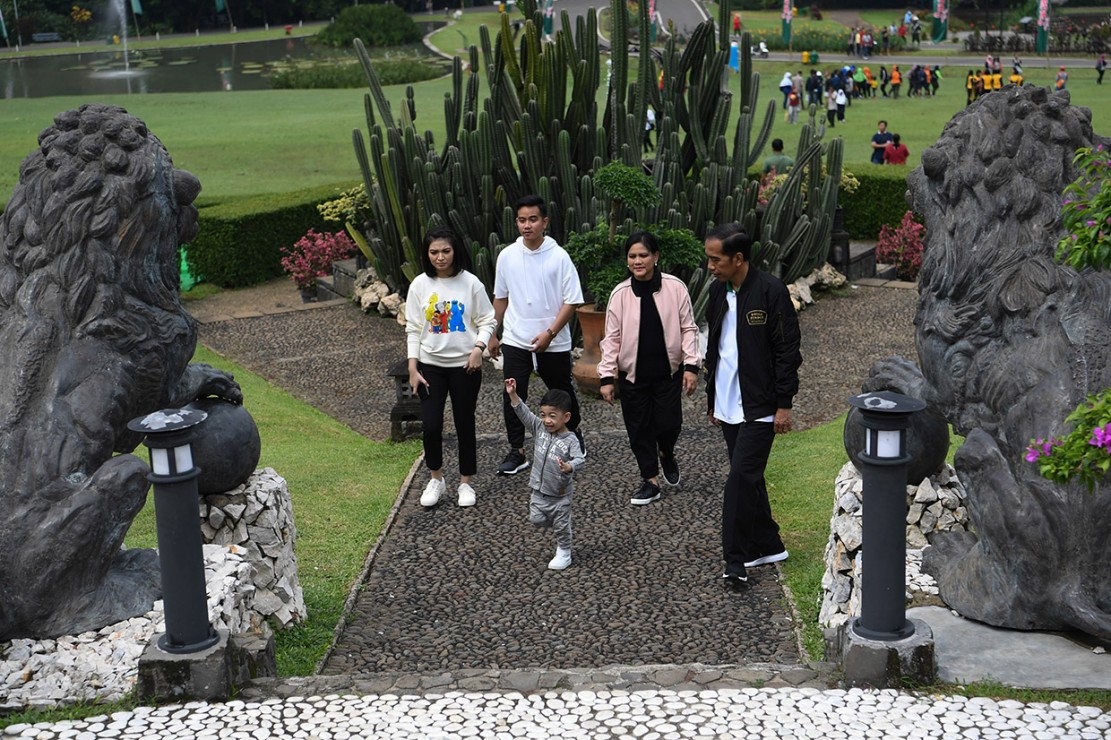 Momen Jokowi dan Keluarga Olahraga Bareng di Istana Bogor