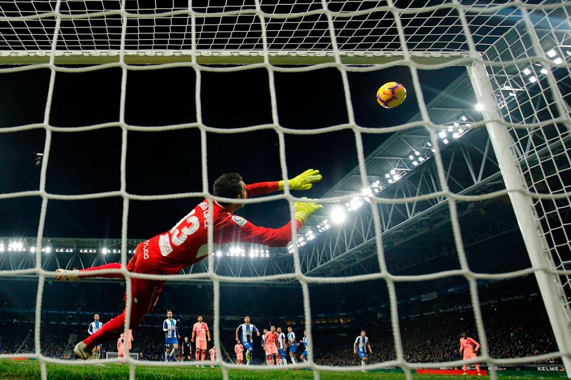 Lionel Messi membuka keunggulan Barcelona dalam Derby Catalan ke-169 itu pada menit ke-17, lewat tendangan bebas yang berhasil melewati pagar hidup sebelum melesak ke dalam gawang Diego Lopez.