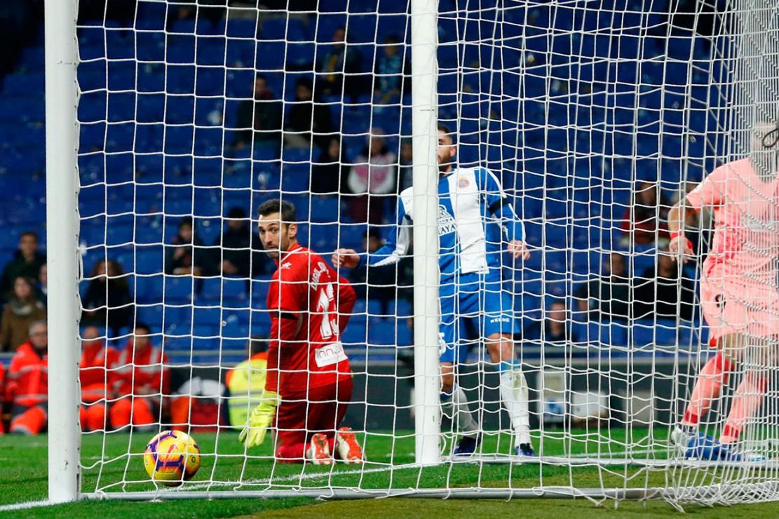 Di penghujung babak pertama, Luis Suarez memperbesar keunggulan Barcelona menjadi 3-0 lewat penyelesaian umpan terobosan kiriman Dembele.