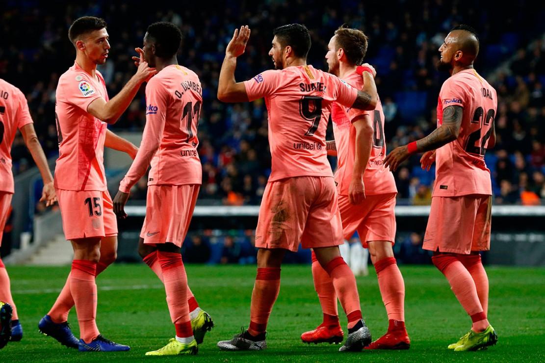 Suarez melakukan selebrasi bersama rekan-rekan setimnya.