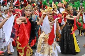 Arakan-arakan diawali dari Pintu 5 Gelora Bung Karno, menuju ke arah Bundaran Tugu Pemuda Membangun, sambil melakukan beraneka koreografi yang dikreasi oleh Deni Malik, dan disesuaikan dengan ciri khas daerah masing-masing, dengan iringan musik.
