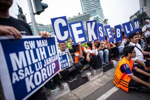 Mahasiswa Fakultas Ekonomi dan Bisnis Universitas Indonesia melakukan aksi untuk memperingati Hari Antikorupsi Sedunia saat berlangsungnya Hari Bebas Kendaraan Bermotor (HBKB), di kawasan Bundara HI, Jakarta, Minggu, 9 Desember 2018. Antara Foto/Aprillio akbar