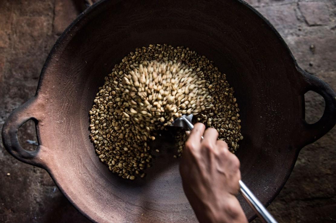 Kopi Gombengsari memiliki ciri aroma khas buah kelapa dan cara memasaknya yang berbeda yaitu menyangrai dengan kuali tanah liat dan menumbuk biji kopi dengan kayu hingga jadi bubuk.