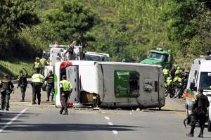 Polisi melakukan penyelidikan di lokasi kecelakaan bus di jalan raya antara kota Buenaventura dan Cali, Departemen Valle del Cauca, Kolombia, Minggu, 9 Desember 2018 waktu setempat.