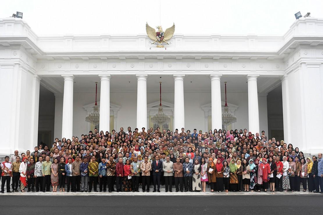 Presiden Jokowi (tengah) didampingi Menkominfo Rudiantara berfoto bersama peserta Konvensi Nasional Humas 4.0 di halaman Istana Merdeka, Jakarta.